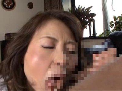 熟女ママが息子のムスコを激しくペロペロ近親相姦フェラw