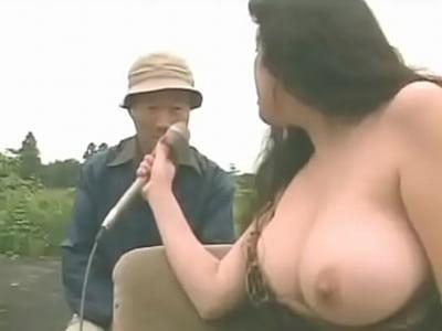 デカパイを丸出しにしながら野外インタビューを敢行するお姉さん