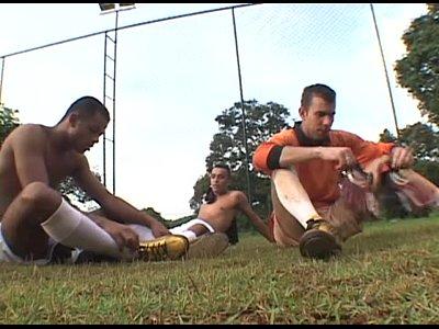 Gays safados fazendo suruba após jogo de futebol