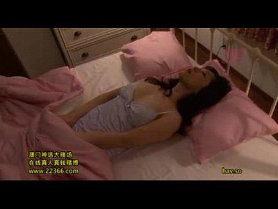 ベッドにて、人妻のオナニー無料jukujyo動画。補正下着姿の人妻主婦さんが自宅のベッドでこっそりとオナニーをして乳首を触りまくる動画