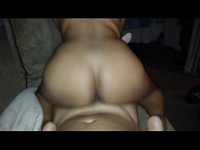 una rica culona montandose en la verga de su macho