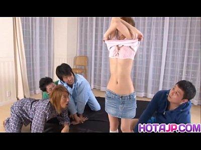 全裸になった椎名ユズが若い男たちのオカズになっちゃう!無修正動画