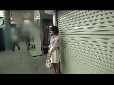 ぴっちぴちな超ミニスカで無意識に男を誘惑してたOLをナンパして中出し! の無料エロ動画