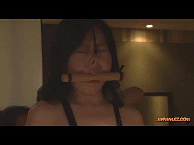 美人女優の艶堂しほりさんがドMのな美女をホテルで調教