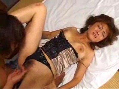 五十路の日焼けした熟女母、悩殺ランジェリーでムスコを挑発。母子SEXとはいえお互い知り尽くしている?