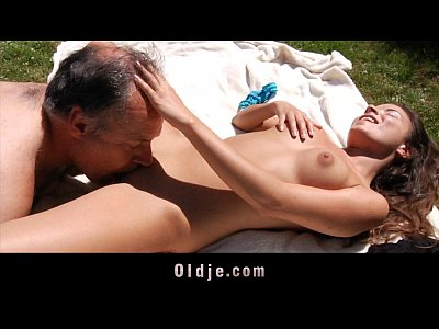 Image idoso no parque e chupando uma bucetinha dela