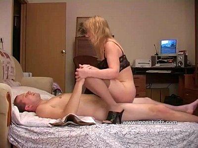 Madre e hijo tienen duro sexo anal despues de que la ardiente milf se masturba con un dildo