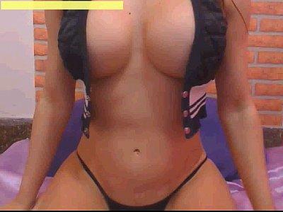 Gatinha com corpo escultural mostrando as tetas e a bunda na webcam