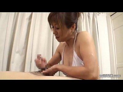 巨乳の人妻の手コキ無料ひとずま動画。ギンギンに勃起した肉棒に大量のローションを塗りたくり寸止め手コキ責めで射精管理する巨乳人妻…