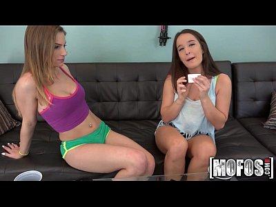 Девчонки сыграли в порно игру