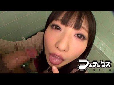 黒髪美女が男を捕まえてトイレで濃厚フェラする痴女動画