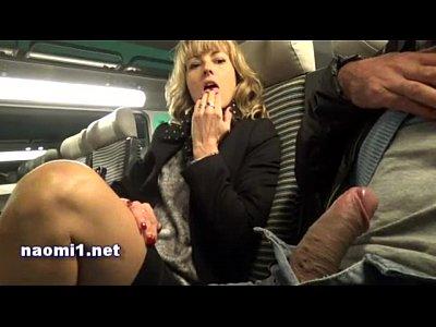 Madura cachonda se masturba en el tren con una botella y agarra una verga