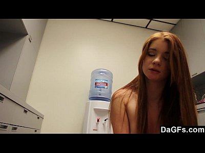 redhead teen con tette piccole scopa in cucina