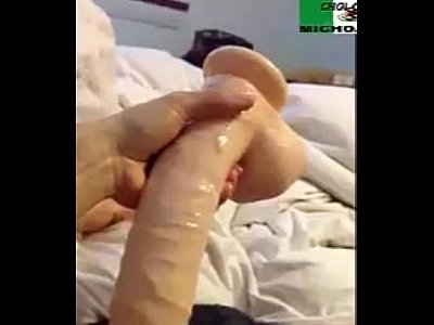 Cachonda mexicana se mete muy sabroso el dildo en su rica vagina, mientras graba en video como lo disfruta