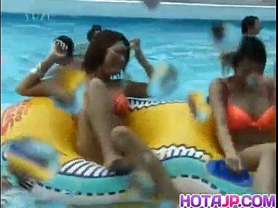 ★ミニ水着動画★プールに入り、水面下でミニ水着をずらして、おっぱいを見せてくれるギャル!byerojpxyzIMFAeVlF