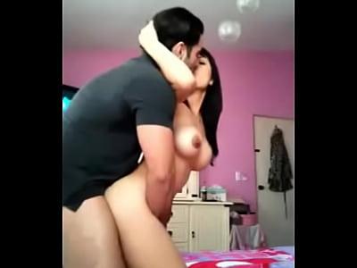 Buenísima metida de verga que le dan a esta mexicana chichona al estar cogiendo con su novio