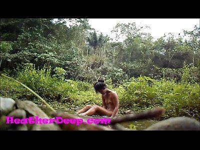 Ζευγάρι πηγαίνει εκδρομή στο δάσος, γδύνονται, του παίρνει πίπα και την γαμάει στο ποτάμι