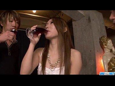 【人妻動画】三十路美熟女をワインで酔わせて中出し3P
