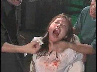 緊縛された状態で口や皮膚にタバスコを擦り込まれる拷問を受け悲鳴を上げて助けを求める奴隷女