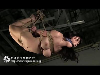 スタイル抜群の美少女の奴隷無料潮噴き動画。猿轡を付けられ天井から吊るされるスタイル抜群の美少女奴隷