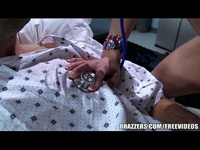 Asistenta pacatoasa isi fute pacientul pe masa de operatie