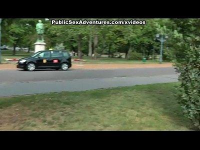 preciosa jovencita dando una buena chupada de verga en un parque