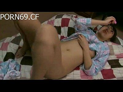 ピンクローターデビューでオナニーで感じまくるパジャマ姿が可愛いJK