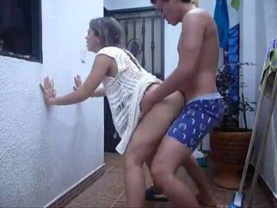 Mexicana puta es grabada en este porno mexicano cuando siente lo rico que se la estan cogiendo en el patio de su casa