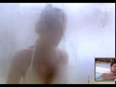 mulher tomanhado banho nua na picina 3