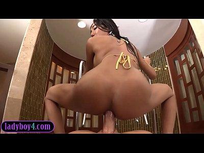 una jovencita transexual mamando y cogiendo rico en el jacuzzi