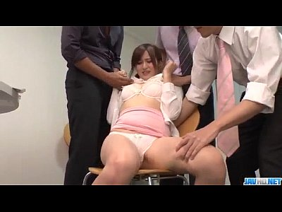 【無修正】かわいいOLがセクハラ同僚3人のチ○ポをフェラ