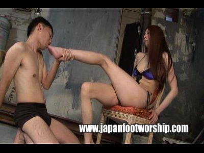 ドM男に美脚の足指舐めさせながらチンポを足でいじくり回すドS女王様