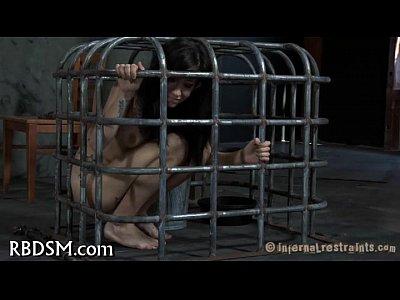 a esta morra la sacan de la jaula para darle muy duro