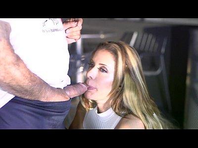 Rihana Face Sex In Piscina Cu Managerul Ei De Canto