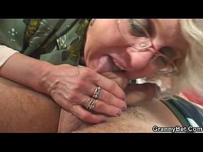 Granny Grandma Olderyounger video: Old women gets her bald pussy slammed
