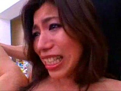コンビニのレジで店員にクンニレイプ・強姦されるお姉さんの喘ぎ声が店内に響き渡ってます