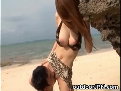 手コキ 黒木アリサ 巨乳ビキニギャルがビーチでパイズリ  日本人動画の画像