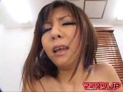 【オナニー動画】貧乳ギャルがピンクローターと電マでオーガズムに達する