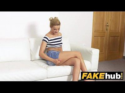 falso agente di alto magro modello glamour in sudato casting couch cazzo