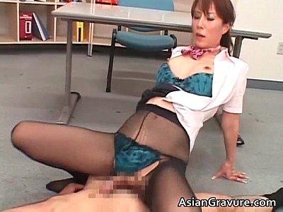 【痴女OL動画】会社の性処理要員黒パンストを履いたeyoyOLに大量ザーメンぶっかけ