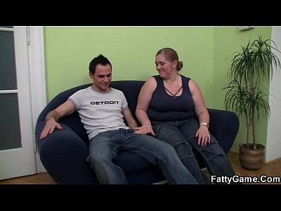 Gorda loira com o garoto safado no sofá