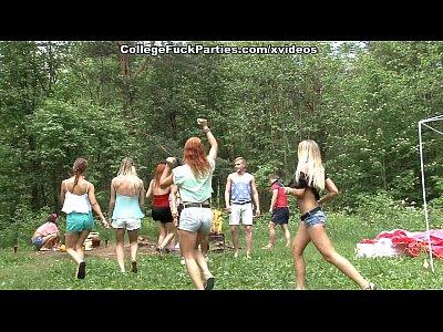 Φοιτητές και φοιτήτριες κάνουν παρτούζα στο δάσος