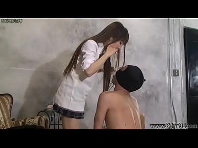 女王様の無料潮吹き動画。全頭マスクを被せたM男に足の指を舐めさせるSっ気が強い女王様女子校生