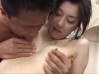 白肌のスリム熟女が手マンでビチャビチャ潮吹き絶頂する