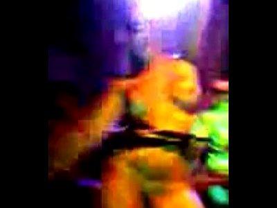 mulher tomanhado banho nua na picina 8