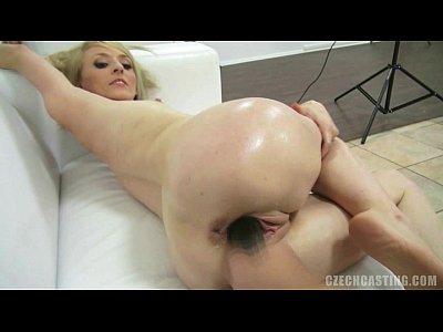 carino bionda si masturba con grosso dildo nero