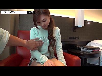 美乳の美少女がお小遣い稼ぎにオジサンのチンコを舐めちゃう時代。