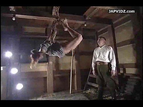 口を割らない囚人に容赦ない拷問で責めまくる。猿轡をかまし三角木馬で重りを付けられ肉壺に角が食い込み悲痛なうめき声を上げる。更にエビ反り緊縛で吊し上げ背中にロウソクを浴び発狂。