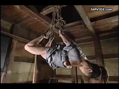 猿轡を噛まされた女囚が三角木馬に跨り竹の棒でなども叩かれる拷問、クリに木馬が食い込み我慢も限界…