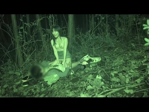 エッチで淫乱な人妻が野外で露出セックスを楽しんでいる所をこっそり赤外線カメラで盗撮する